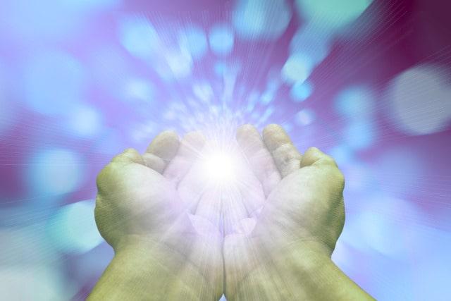 """Uzdrawianie na odległość, czyli przesyłanie energii budzi coraz większe zainteresowanie. Kiedy w naszym życiu pojawia się nierównowaga, która pociąga za sobą dolegliwości zdrowotne lub brak komfortu psychicznego, a tradycyjne metody leczenia zawodzą, szukamy rozwiązania w terapiach niekonwencjonalnych. Prędzej, czy później natrafiamy tam na stanowisko, że wszystko jest energią. Mimo, że wielu ludzi poddaje to stwierdzenie w wątpliwość, każdy, kto tylko zdecyduje się na kroczenie drogą rozwoju duchowego będzie mógł przekonać się, że jest ono wysoce słuszne. Kiedy przesyłanie energii jest nieświadome? Skoro już wiemy, że energia nas otacza, a życie codzienne, choćby najbardziej prozaiczne, nie jest jej pozbawione, możemy się zastanawiać jak się z tą energią obchodzić. Na początku swej drogi dosyć trudno jest zrozumieć jak działa transfer energetyczny, jednak z całą pewnością każdy z nas się z nim spotkał. Wystarczy sobie przypomnieć nieprzyjemne spotkanie z osobą, której obecność nie jest dla nas komfortowa. Po takim spotkaniu często czujemy się zmęczeni, bez chęci do życia, a w skrajnych przypadkach czujemy się wręcz depresyjnie. Wiele osób mówi wówczas """"czuję się jakby ta osoba wyssała ze mnie energię"""", a nie zdaje sobie sprawy z tego, jak bardzo prawdziwe może być to odczucie. W dzisiejszych czasach mamy do czynienia z całą masą bodźców, które zabierają nam energię, a większość ludzi bezwiednie na to pozwala. Nawet jeśli nie zdają sobie oni sprawy z tego, że ich energia uleciała gdzieś do telewizora, nie zmienia to faktu, że odczują oni jej brak. A jeśli poczują brak, to będą chcieli go sobie uzupełnić. Z racji tego, że niewiele osób potrafi samodzielnie doładowywać się energią z natury, medytacji, czy po prostu z ciszy, nadrabia zaległości ssąc energię od innych, którzy na to ssanie sobie pozwalają. Nie należy mieć jednak do nich pretensji, ponieważ tak ten świat został urządzony, że nie ma człowieka, który w tej dziedzinie nie zaliczyłby wzlotów i upadków. Jedyne"""